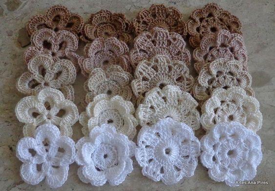 Kit com 100 flores de crochê para customizar.  Este kit possui 5 modelos e cores diferentes.  Medida aproximada = 5,0cm de diâmetro.  Estas peças servirão para customizar camisetas, almofadas, caixas, bolsas ou o que a sua imaginação permitir.  Consulte-nos, será um prazer atendê-los! R$ 190,00