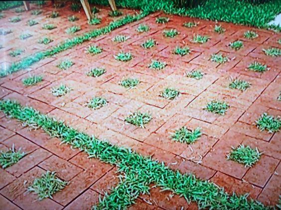 Jardim: tijolo rústico assentado sobre areia, sem contrapiso e sem rejunte, como um mosaico.  Fonte: Jornal Hoje.
