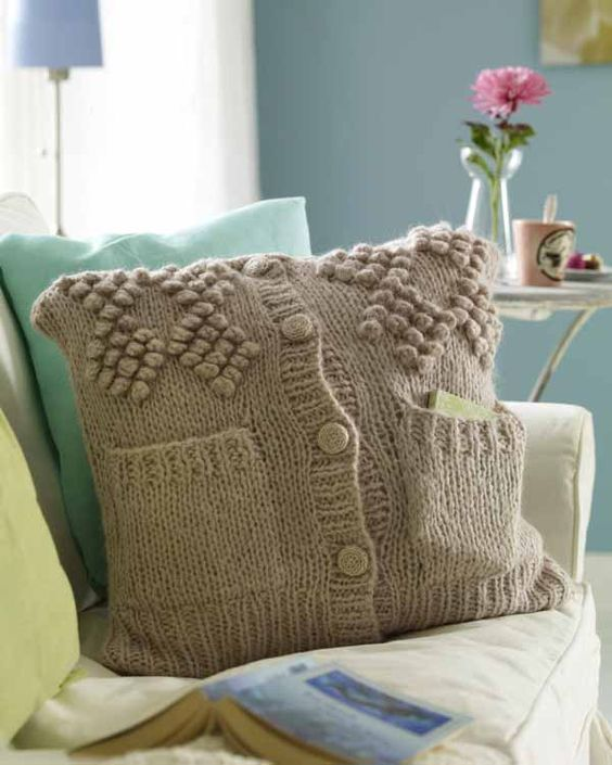 From an old sweater to a new cushion