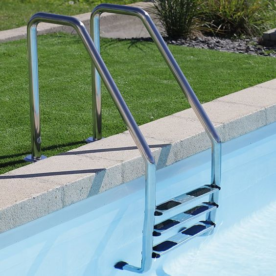 Pour un accès facilité au bassin, optez pour une échelle piscine inox ! #echellepiscine #echelleinox #amenagement #equipementpiscine #jardin #exterieur #desjoyaux #pool #piscine #desjoyauxpool #desjoyauxpiscine #boutiquedesjoyaux