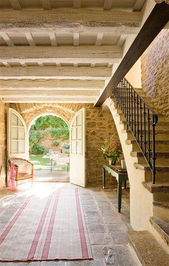 Antigua masía del siglo XV. @El El Mueble Recibidor. Dinteles, paredes y pavimento de piedra siglo XV: