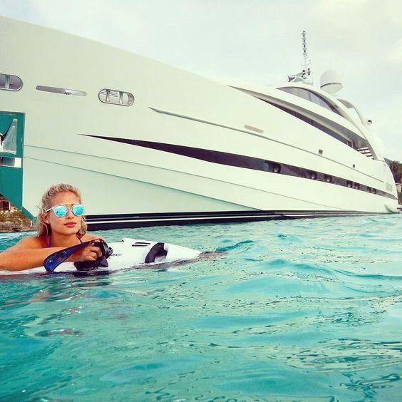 Còn nếu họ ra những vùng biển thì việc họ xuất hiện bên những siêu du thuyền đắt đỏ hoàn toàn là điều trong tầm tay. Du thuyền được biết đến là một trong những phương tiện hoàn hảo để cả nhóm bạn bè trong giới thượng lưu ăn chơi trên biển.