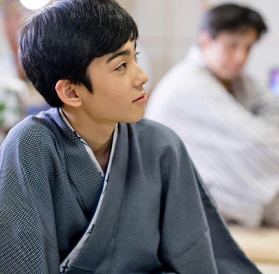 見上げる横顔の八代目市川染五郎のかっこいい画像