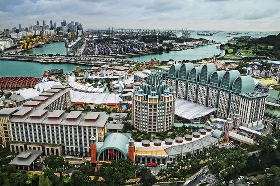 Bạn sẽ được chiêm ngưỡng bãi biển dài 2km, pháo đào Siloso, hai khách sạn 5 sao, hai sân golf