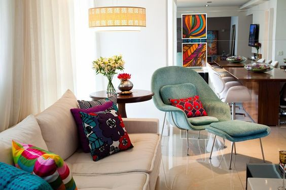 Almofadas e quadros deram vida nessa sala originalmente branca. #almofadas#cornadecoração#decoração#decor#designdeinteriores#homedecor