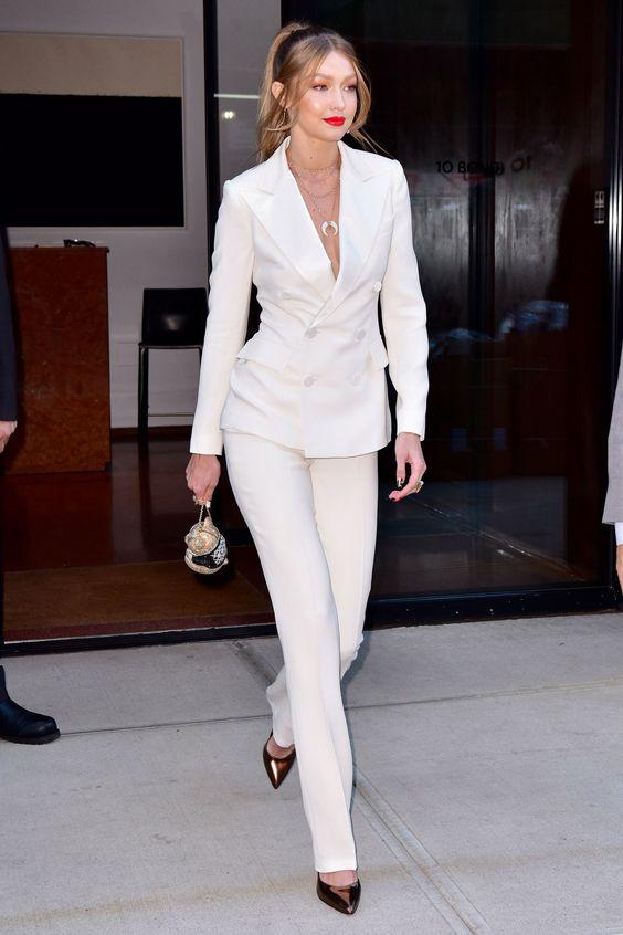 Hot or Not - Gigi Hadid in perfetta forma nel suo completo bianco