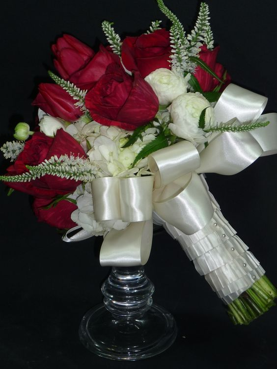 #flowerfusion #wedding #fowers #wedding #florist #bridal #bouquet #roses #red #white