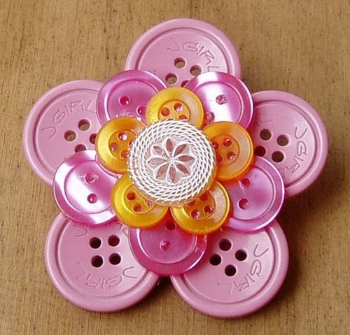 Great for kids' craft idea.  Colors are endless, and could even glue a magnet on back, to put on frig.    [flor de botões]