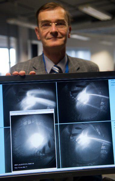 """Technischer Leiter Hans-Stephan Bosch mit Fotos des Plasmas: """"Wir sind sehr..."""