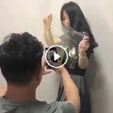 mulher fazendo seu próprio filtro.