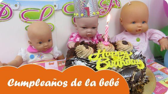 En Mundo Juguetes celebraremos el primer cumpleaños de la muñeca bebé. Lo celebraremos con todas sus amigas muñecas y le regalarán un montón de juguetes para niñas. Soplaremos la vela de una riquísima tarta de chocolate y romperemos una piñata de chucherías. Diviértete con este vídeo en Mundo Juguetes, tu canal de vídeos de juguetes en español.
