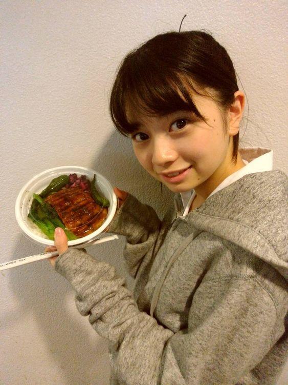 ご飯を持つ桜田ひより