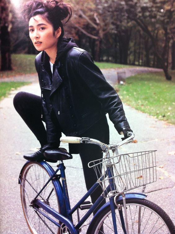自転車に跨ろうとしている二谷友里恵