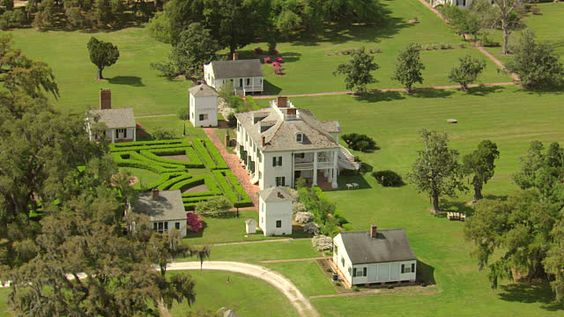 View of evergreen plantation building and gardens / Louisiana, United States