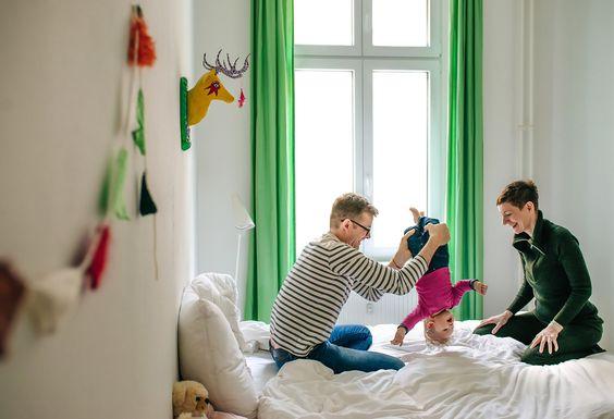 Toben auf dem Familienbett  |  Familienfotografie Berlin © www.lenimoretti.com