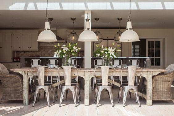 Superbe table et chaise pour une grande cuisine à concept ouvert par Randell Design Group.