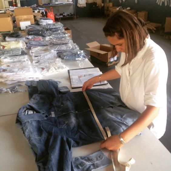 Produções para o Natal e o verão andando a todo vapor ⛱Temos muitas camisas lindas de segunda qualidade entrando em nossa linha de upcycling ♻️ para serem transformadas em lindas peças C(+)MAS para vocês  queridas #chicascomas  Esta camisa jeans por exemplo vai virar saia e cropped #comassp #upcycling #indigo #jeansshirt