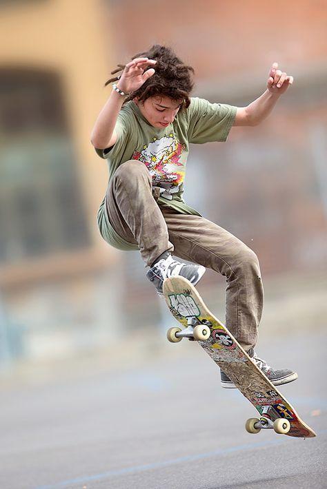 少年とスケートボード