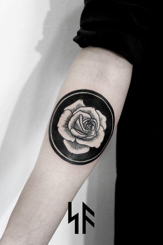 Blackout tattoo minimaliste rose