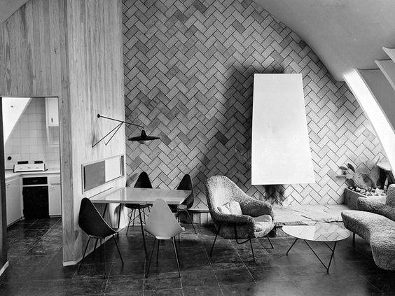 EN 1953, Corsini PROYECTÓ Y AMUEBLÓ 13 APARTAMENTOS EN LAS ANTIGUAS BUHARDILLAS DE 'LA PEDRERA' DE GAUDÍ EN BARCELONA. (FOTOGRAFÍAS DE CATALÁ-ROCA):