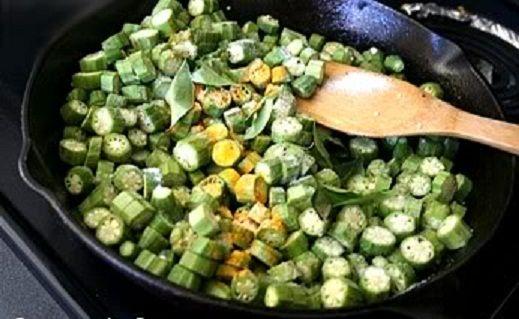 اطهى البامية على درجة حرارة متوسطة حتى ينزل كل ماؤها وتمتصه مرة أخرى وبحيث تصبح البامية بنية اللون قدمى البامية ساخنة م Recipes Brussel Sprout Vegetables