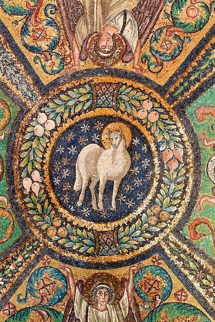 """dettaglio della decorazione della volta presbiteriale di San Vitale a Ravenna: Agnus Dei"""" clipeato, VI sec."""