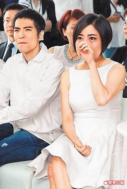 蕭敬騰(左)與于美人一起看癌症病童的影片,她忍不住流淚。吳翊緁攝