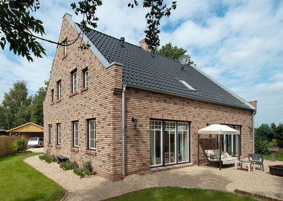 Veranda bauernhaus  Haus-Westfalen-Klinker-Landhaus-Bauernhaus-klassisch ...