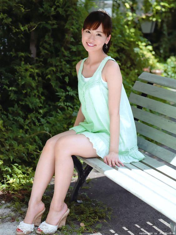 薄いグリーンのワンピースを着ている皆藤愛子
