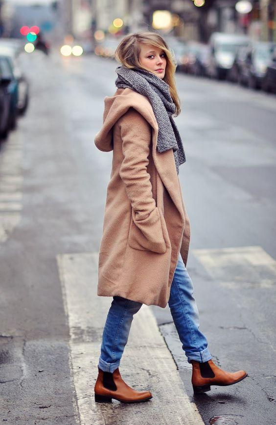 Acheter la tenue sur Lookastic:  https://lookastic.fr/mode-femme/tenues/manteau-brun-clair-jean-bleu-bottines-chelsea-echarpe/1144  — Écharpe grise  — Manteau brun clair  — Jean bleu  — Bottines chelsea en cuir brunes claires