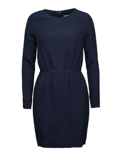 Leichtes Dress von Samsoe & Samsoe im puren Design. Durch Falten und einer formgebenden Naht wird bei diesem Style die Taille gekonnt in Szene gesetzt. Cool dazu: A-Linien Mantel und spitze Pumps.