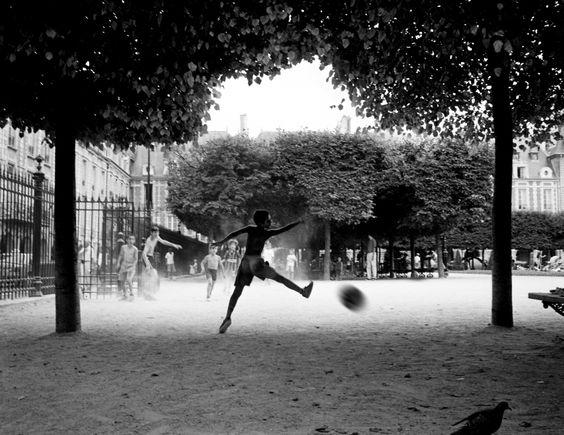 Fútbol callejero en Paris by Todd Winters: