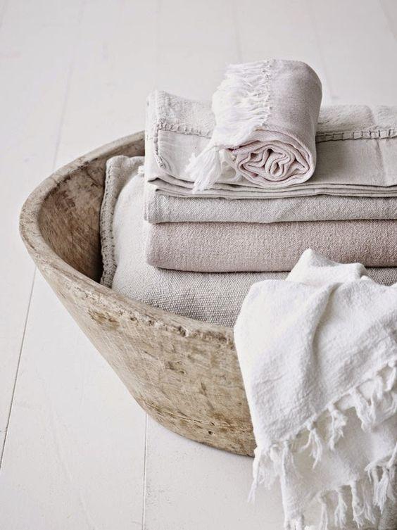 Couvertures et drap en lin dans un panier en bois