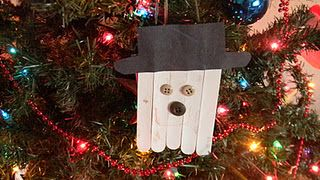 Here's a fun and easy Christmas craft to go with the book Snowmen at Christmas.
