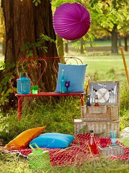 So idyllisch könnte auch Ihr nächstes Picknick im Park aussehen - ein traditioneller Weidenkorb mit allen wichtigen Utensilien hat zudem richtig Stil.