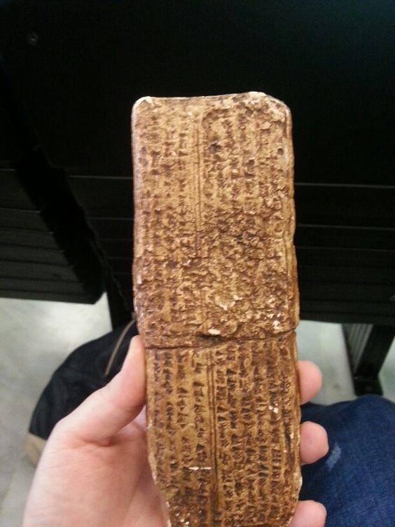 Tablilla de arcilla con el primer alfabeto desde Siria.