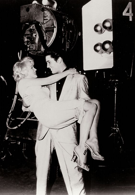 Marilyn Monroe - Elvis Presley This is the cutest thing I've ever seen <3 but it's fake, they've never met.