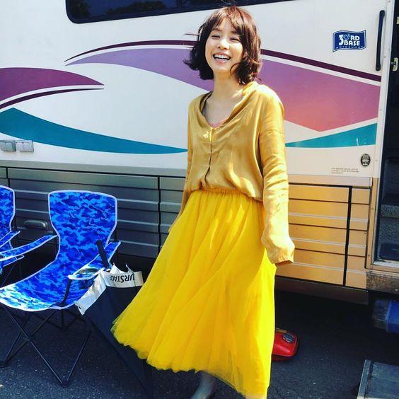 黄色のワンピース、石田ゆり子