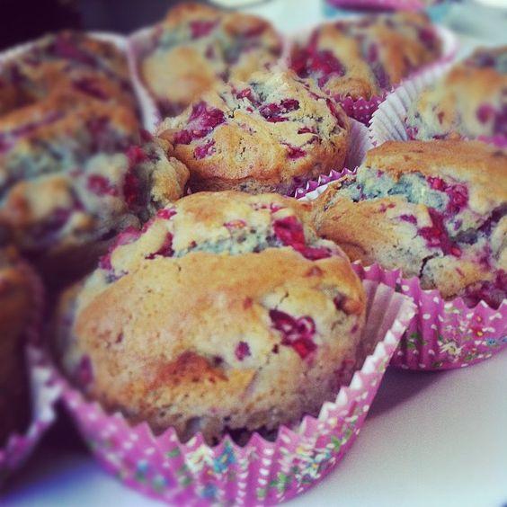 Muffins à la framboise:•200 g de framboises •100 g de beurre mou •100 g de sucre en poudre •150 g de farine •160 g de lait •2 oeufs •1 sachet de levure chimique •1/2 cuillère à café de sel •1 sachet de sucre vanillé