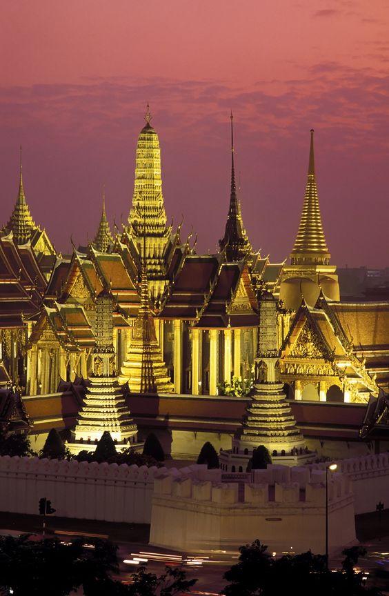 タイは寺院が多いので夜が一層幻想的ですね。
