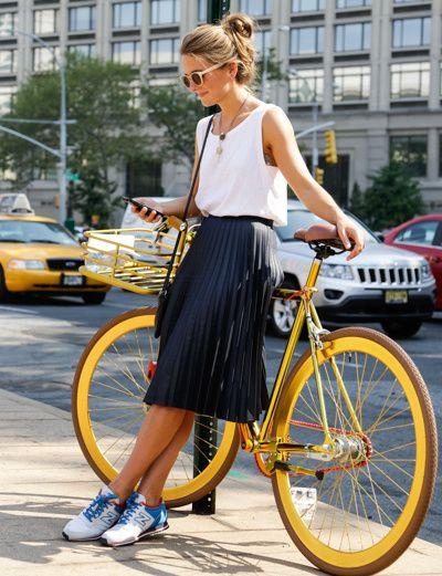"""Accompagnée d'une paire de runnings et d'un tee-shirt blanc sans manches, la jupe plissée midi gagne en """"coolitude"""""""