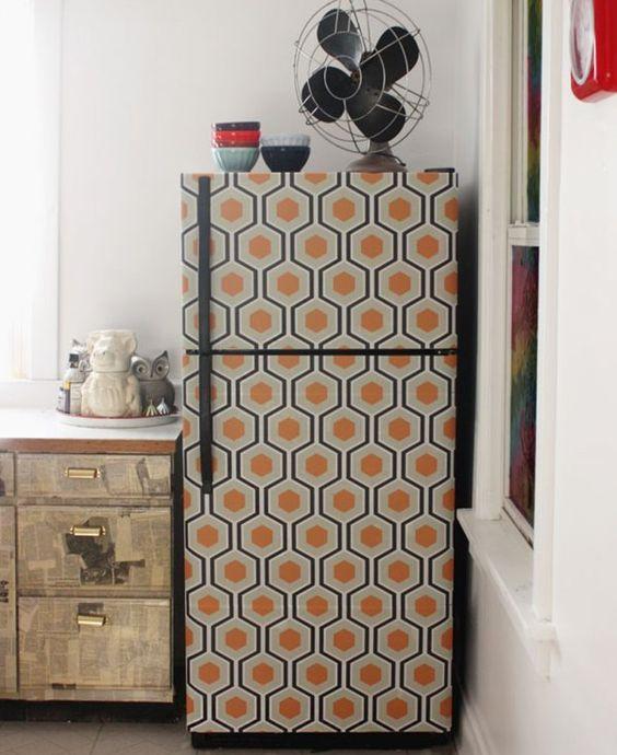 Papier peint motif années 60 sur le réfrigérateur de la cuisine // Wallpaper on the fridge in the kitchen