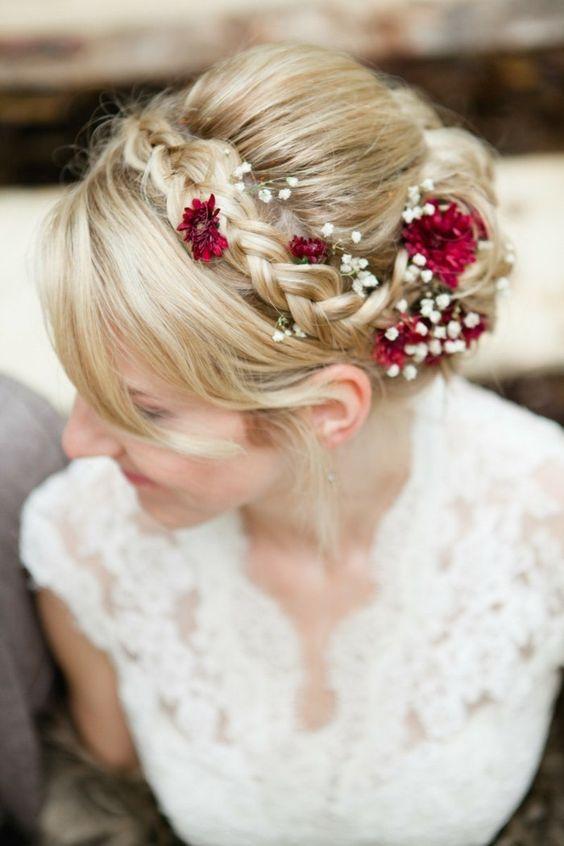 coiffure mariage avec tresse, fleurs rouges et gypsophiles
