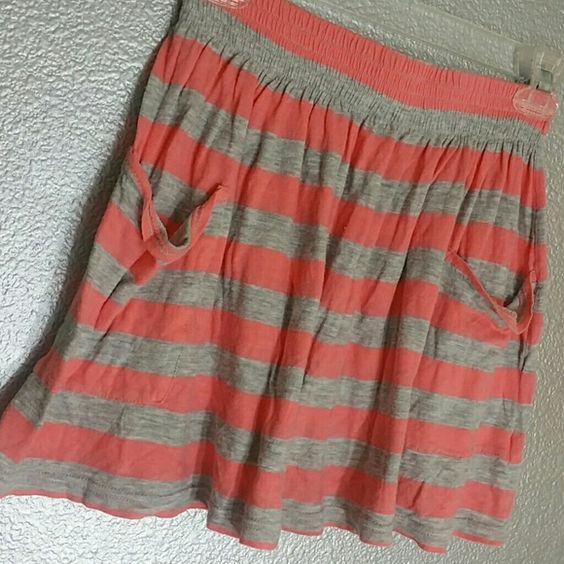 Striped short skirt Two front pockets Loose airy material Very free flowing Coral I Love H81 Skirts Mini