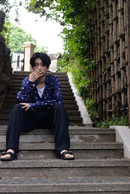 座っている成田凌のかっこいい高画質画像