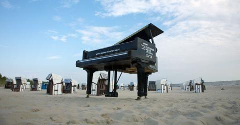 Der Konzertflügel am Strand kündigt das Usedomer Musikfestival an. Foto: © Geert Maciejewski #meckpomm #usedom #musik #konzert #festival #klassik #ostsee #strand