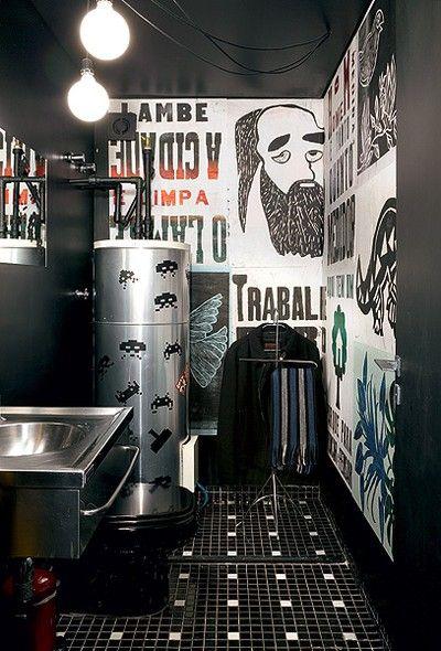 Em vez de ser escondido, o lavabo ganhou adesivos comprados em Londres. Os cartazes lambe-lambe foram garimpados em gráficas pela arquiteta Bruna Riscali: