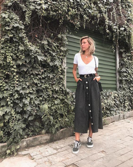 """8,330 curtidas, 86 comentários - Nati Vozza (@nativozza) no Instagram: """"Sextando com meu look preferido pra trabalhar: Midi + Tênis + Tee Branca. A saia é novinha, chegou…"""""""