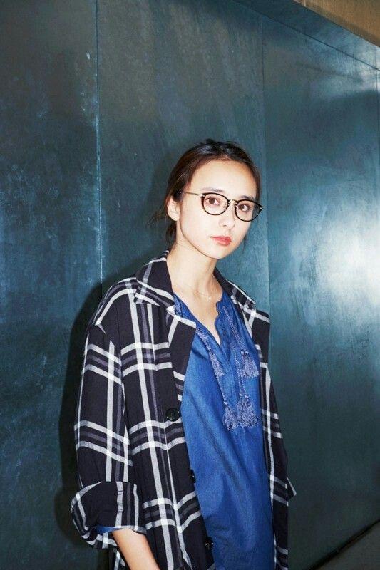 メガネをかけた石田ニコル