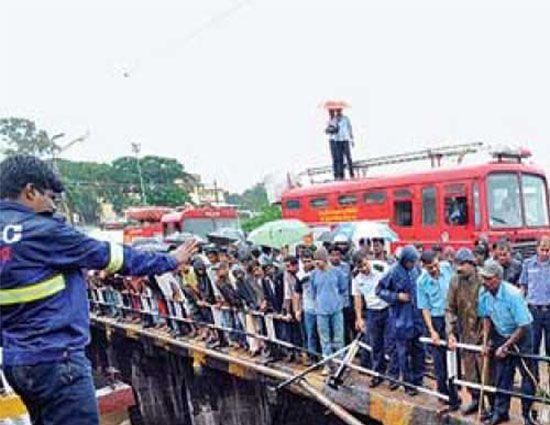 किशनगंज 20 अप्रैल (वार्ता) बिहार में किशनगंज जिले के बहादुरगंज थाना क्षेत्र में आज तड़के बारातियों से भरी एक जीप के पुल से नीचे गिर जाने